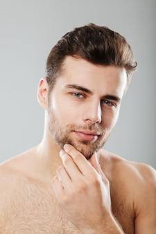 ハンサムなひげを生やした男の肖像画を閉じる