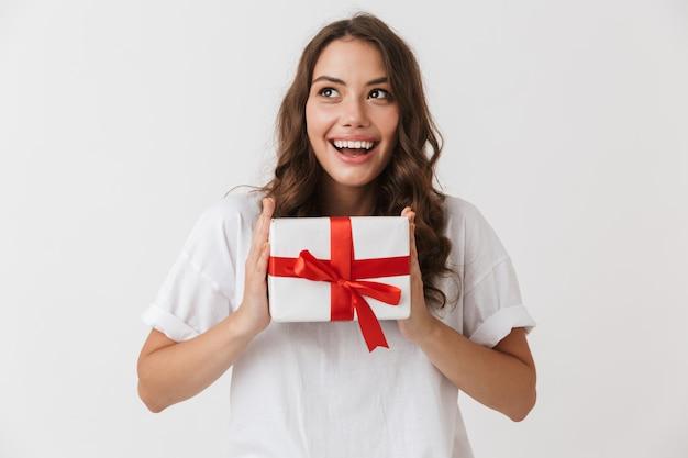 Портрет счастливой молодой женщины вскользь брюнет