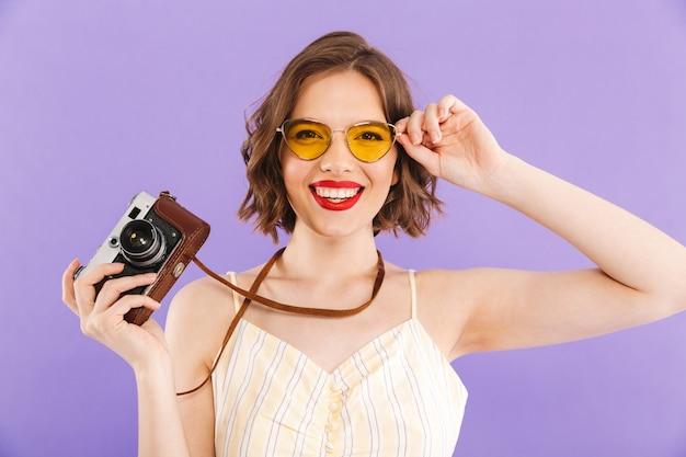女性カメラマンが分離保持カメラをポーズします。