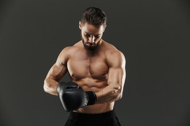 集中した筋肉のスポーツマンの肖像画