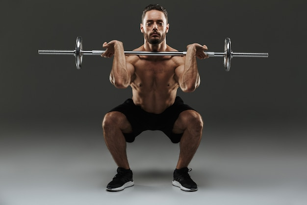 上半身裸の強い筋肉スポーツマンの完全な長さの肖像画
