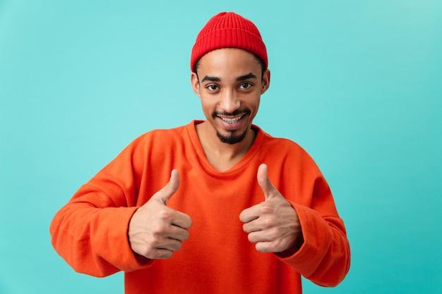 Портрет веселый молодой афро-американский мужчина в шляпе