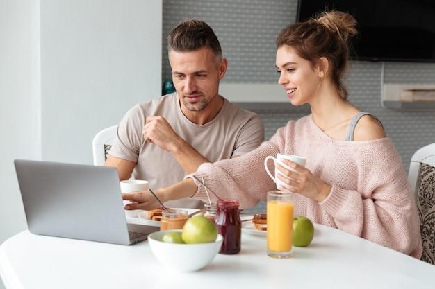朝食を食べて幸せな愛情のあるカップルの肖像画