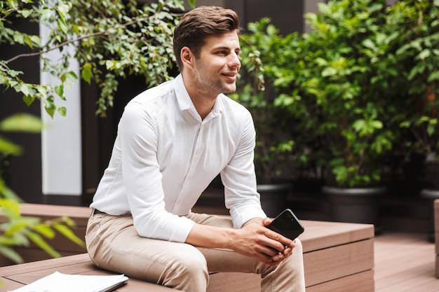 正式な服を着て笑顔の若い男性マネージャー