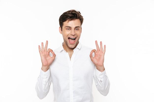 Портрет веселый молодой человек в рубашке