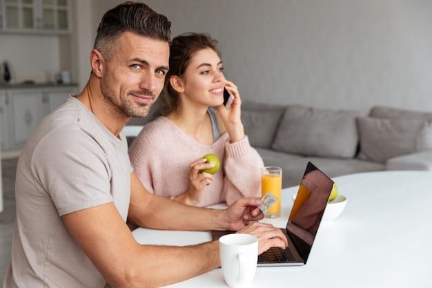 オンラインショッピング笑顔若いカップルの肖像画