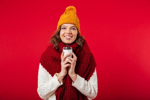 Портрет девушки, одетой в зимнюю шапку и шарф