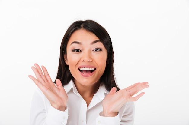 祝う陽気なアジア女性実業家の肖像画を間近します。