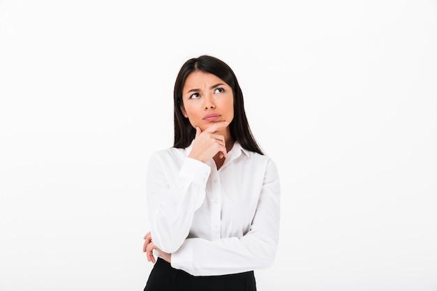物思いにふけるアジア女性実業家の肖像画