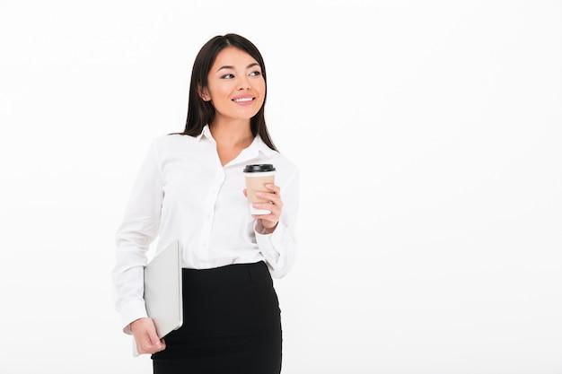Портрет довольно азиатской бизнес-леди
