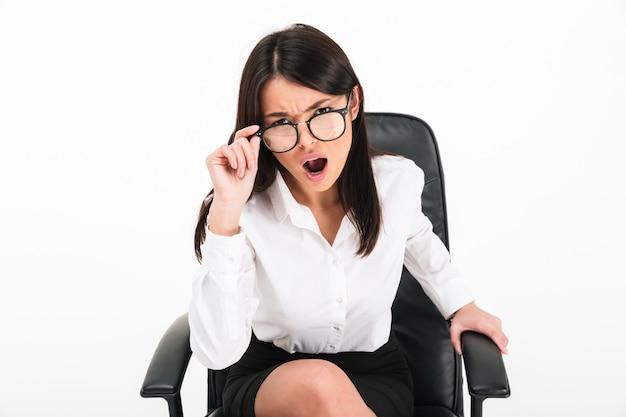 怒っているアジア女性実業家の肖像画