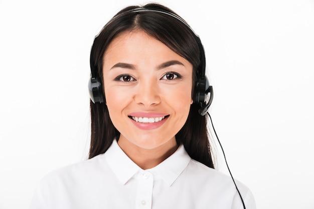 Закройте вверх дружелюбной азиатской женщины в белой рубашке