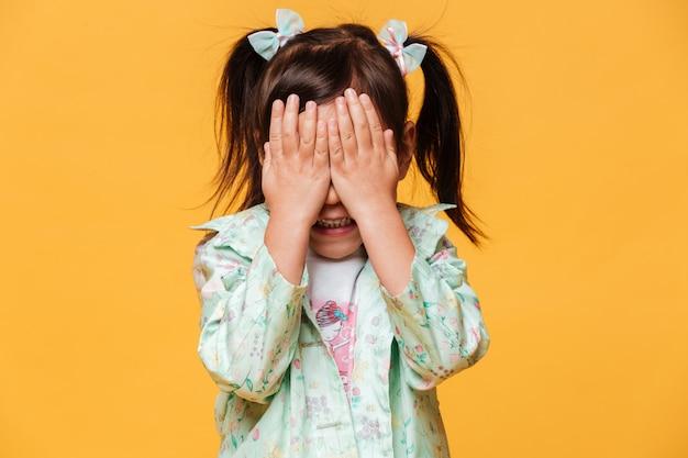 Маленькая девочка, ребенок стоял изолированные