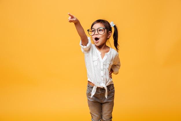 幸せな興奮して小さな女の子子供を指しています。