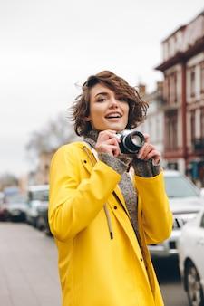 ゴージャスな若い女性写真家