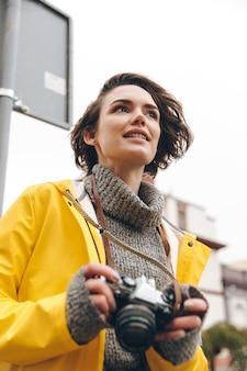 Концентрированный молодой леди фотограф