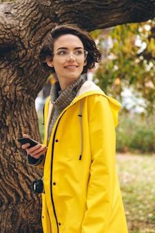 レインコートに身を包んだ素晴らしい若い女性