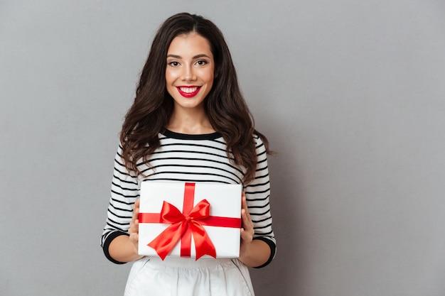 プレゼントボックスを保持している笑顔の少女の肖像画