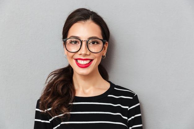 眼鏡で笑顔の女性の肖像画を閉じる