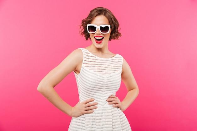Портрет уверенной девушки, одетой в платье