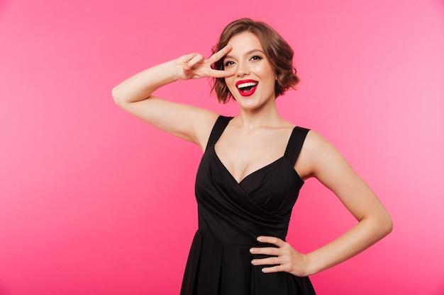 Портрет счастливой девушки, одетой в черное платье