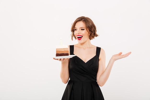 Портрет счастливая девушка держит тарелку