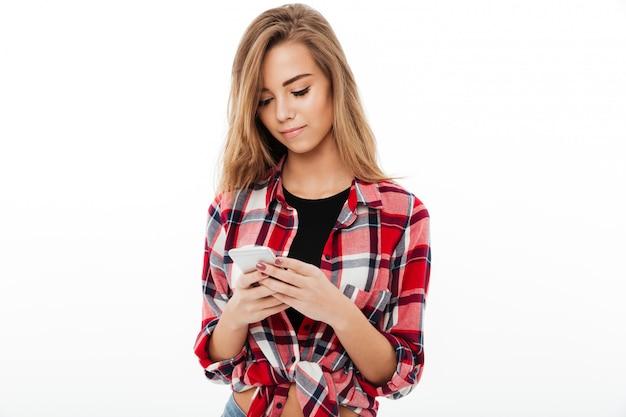 格子縞のシャツのテキストメッセージで素敵なかわいい女の子の肖像画