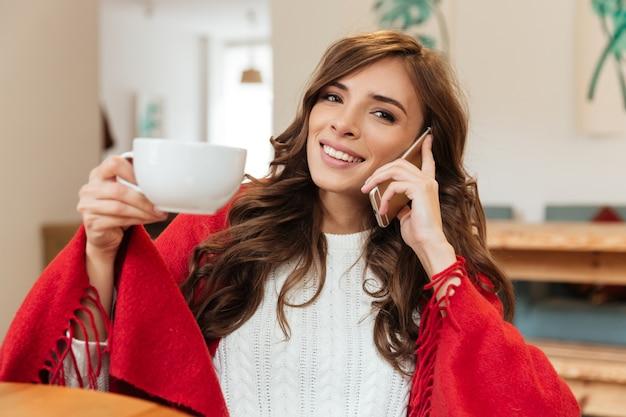 携帯電話で話している素敵な女性の肖像画