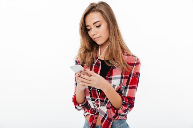 Портрет милой красивой девушки в клетчатой рубашке