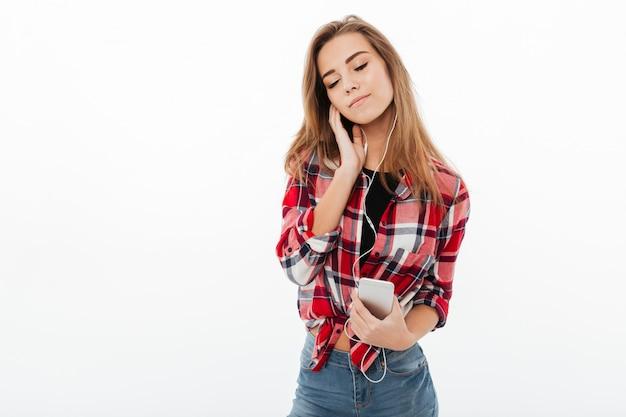 Портрет довольной красивой девушки в клетчатой рубашке