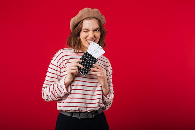 パスポートを保持しているうれしそうな女性の肖像画