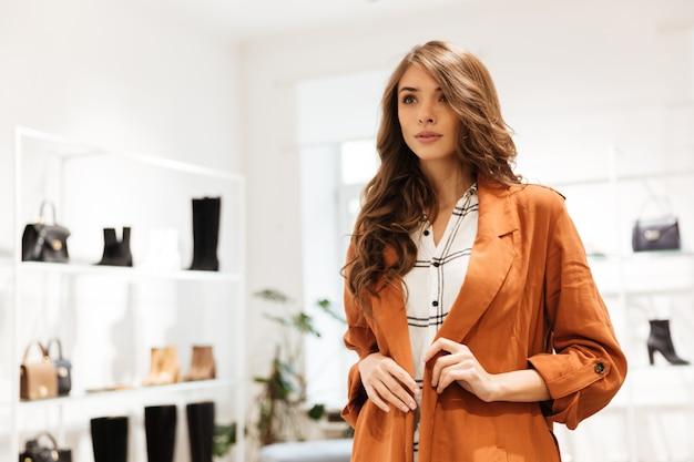 自信を持って女性のショッピングの肖像画