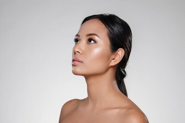 よそ見きれいな肌を持つ美しい女性