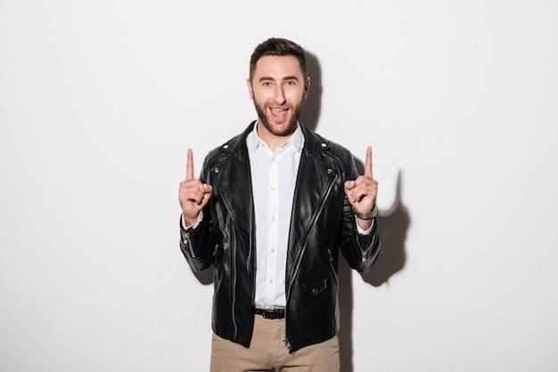 Портрет счастливого веселого человека, одетого в куртку