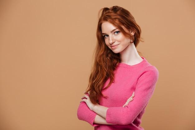 Крупным планом портрет привлекательная молодая рыжая девушка