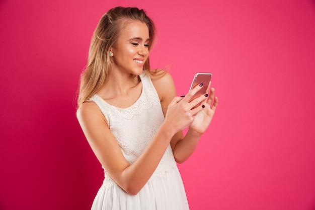 Портрет улыбающейся симпатичной девушки в платье