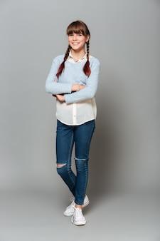 笑顔のかわいい女子高生の完全な長さの肖像画