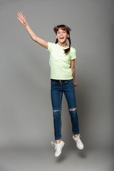 陽気な女の子のジャンプ