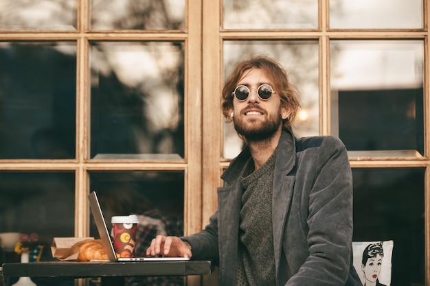 Портрет счастливого бородатого мужчины в наушниках