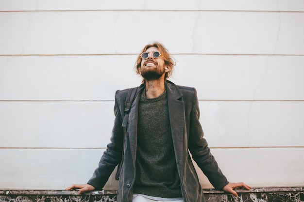 Портрет улыбающегося бородатого мужчины в темных очках