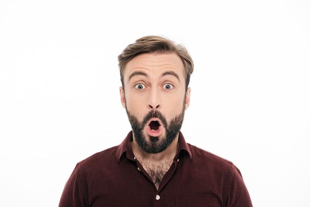 Крупным планом портрет удивленного молодого бородатого мужчины