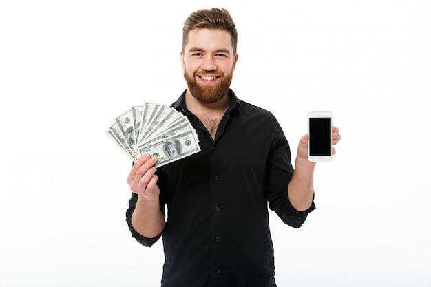 お金を保持しているシャツに笑みを浮かべてひげを生やしたビジネス男