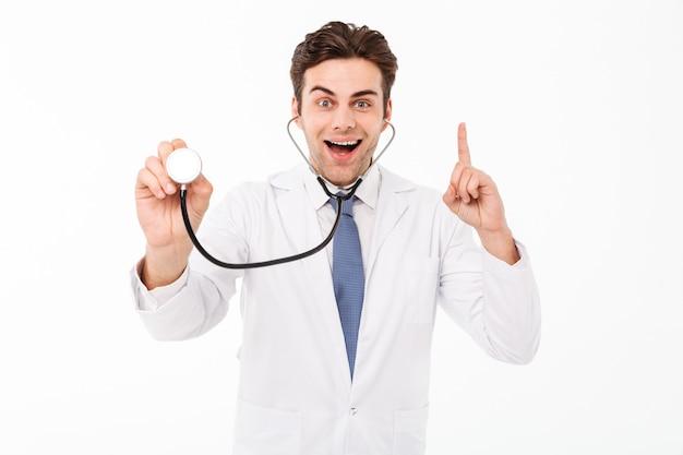 興奮してハンサムな男性医師の男の肖像