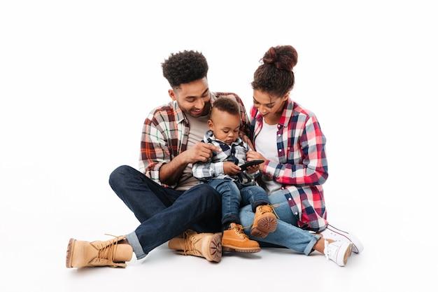 うれしそうな若いアフリカ家族の完全な長さの肖像画