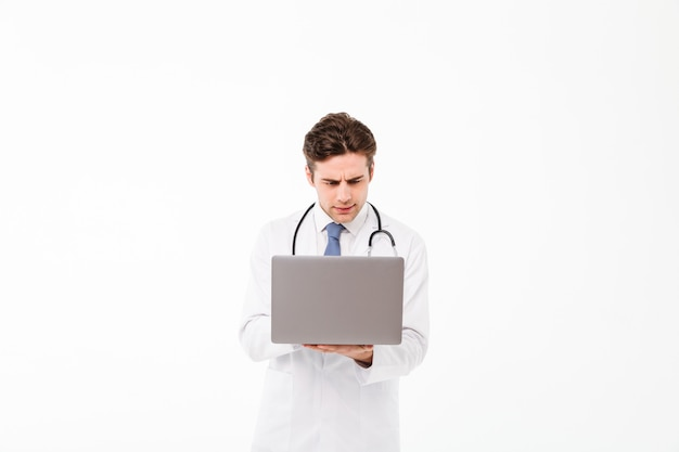 Портрет концентрированного молодого мужского доктора