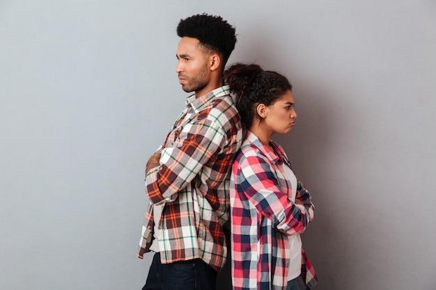 引数を持っている怒っている若いアフリカカップルの肖像画