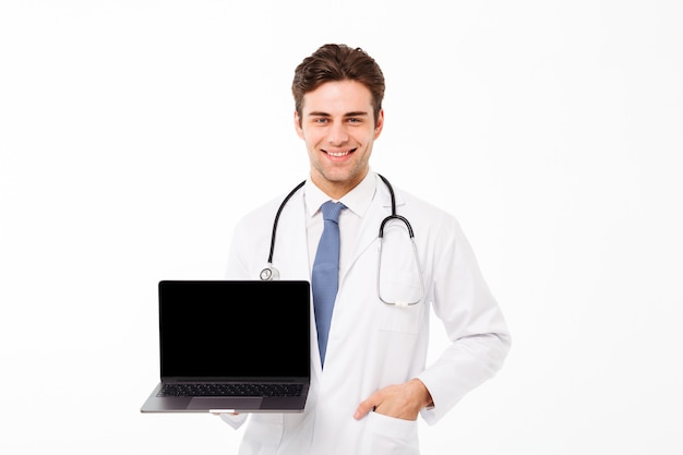 聴診器で笑顔の若い男性医師の肖像画
