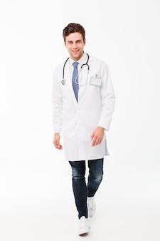 Полнометражный портрет уверенно молодого мужского доктора
