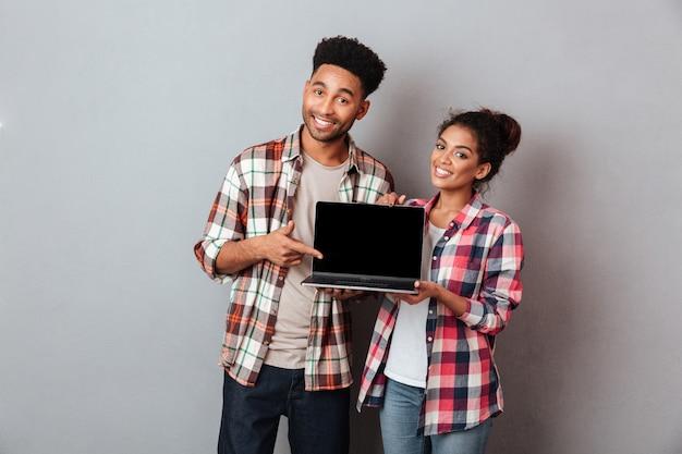 笑顔の若いアフリカカップルの肖像画