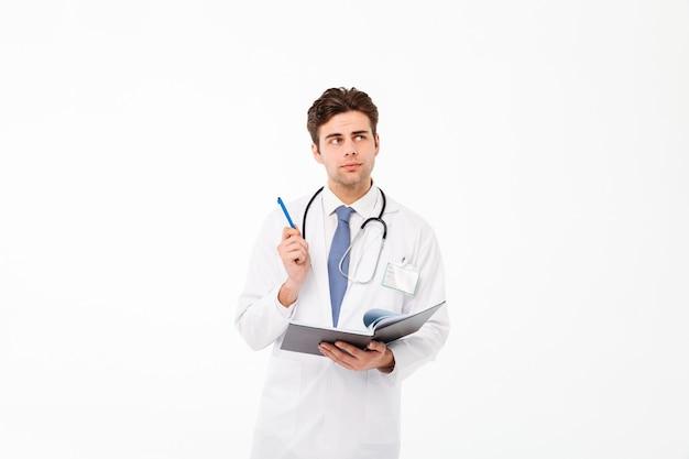 Портрет вдумчивого молодого мужского доктора